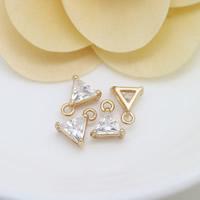 Cubic Zirkonia (CZ) Messing Anhänger, Dreieck, 24 K vergoldet, mit kubischem Zirkonia, frei von Nickel, Blei & Kadmium, 8x9.50x4mm, Bohrung:ca. 1.5mm, 10PCs/Menge, verkauft von Menge
