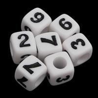 Anzahl Acrylkorn, Acryl, Würfel, mit einem Muster von Nummer & Volltonfarbe, weiß, 7x7mm, Bohrung:ca. 3mm, ca. 1650PCs/Tasche, verkauft von Tasche